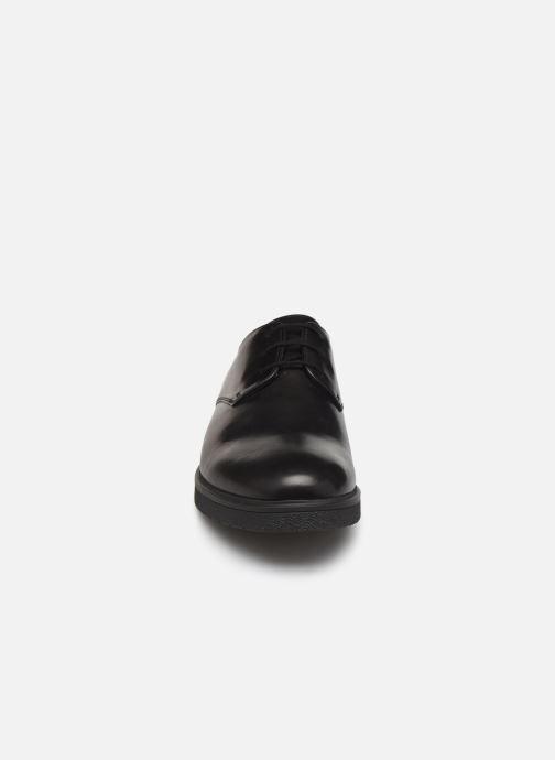 Scarpe con lacci Clarks Ashcroft Plain Nero modello indossato