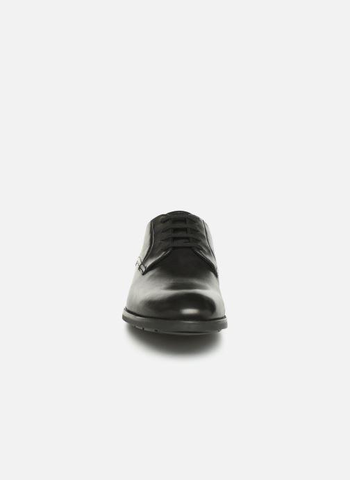 Scarpe con lacci Clarks Ronnie Walk Nero modello indossato
