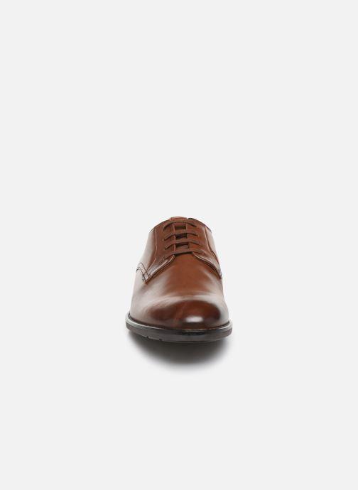 Scarpe con lacci Clarks Ronnie Walk Marrone modello indossato