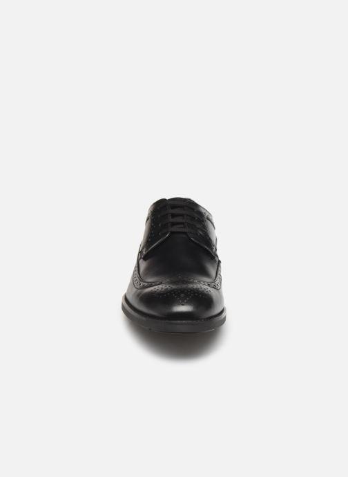 Scarpe con lacci Clarks Ronnie Limit Nero modello indossato