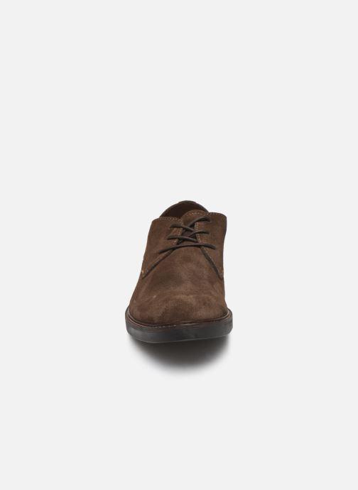 Scarpe con lacci Clarks Paulson Plain Marrone modello indossato