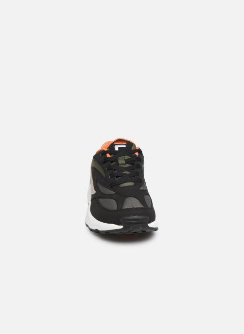 Baskets FILA V94M N Low Noir vue portées chaussures