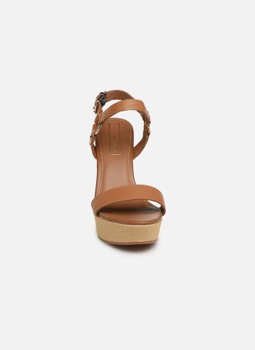 Sandales et nu-pieds Tommy Hilfiger Elevated Leather Wed Marron vue portées chaussures