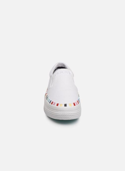 Baskets Tommy Hilfiger Slip On Rainbow Flat Blanc vue portées chaussures