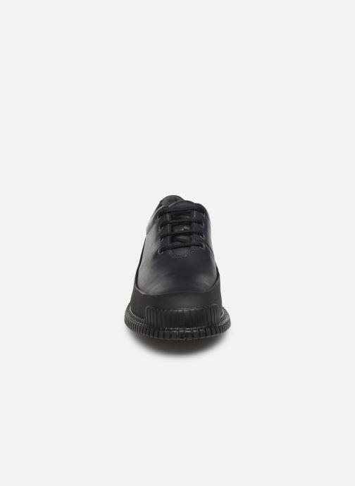 Scarpe con lacci Camper Pix K200687 Nero modello indossato