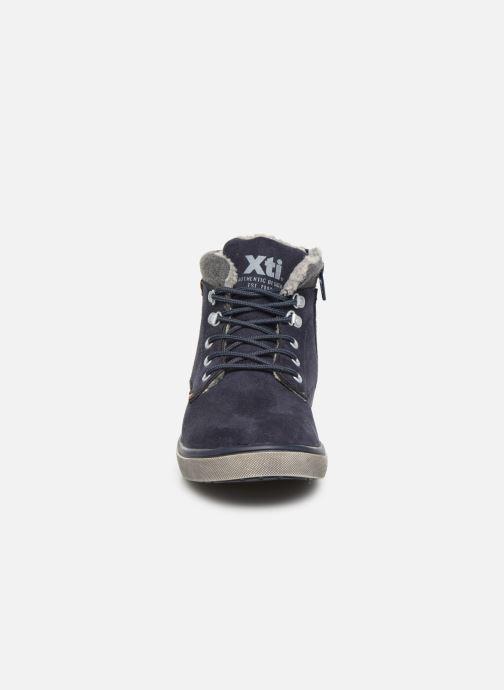Sneakers Xti 55817 Azzurro modello indossato