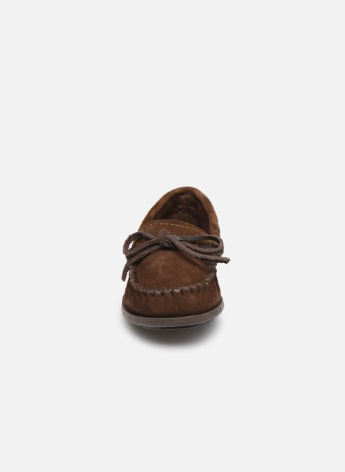 Mocasines Minnetonka Boy'S Moc Marrón vista del modelo