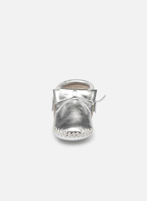 Chaussons Minnetonka Rosie Bootie Argent vue portées chaussures