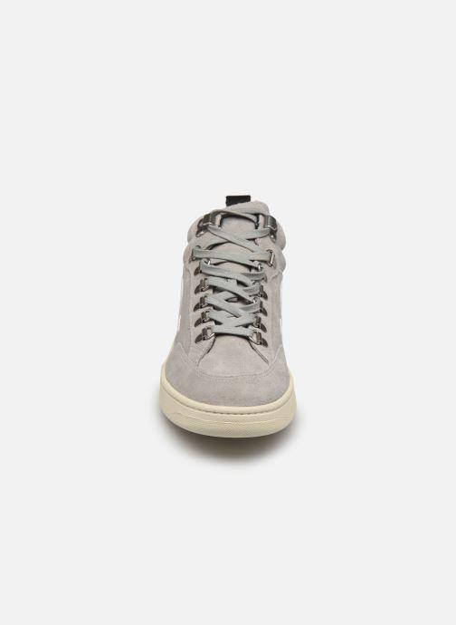 Sneakers Veja Roraima W Grigio modello indossato