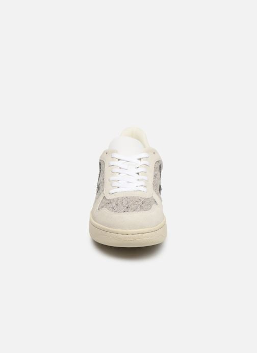 Sneakers Veja V-10 M Bianco modello indossato