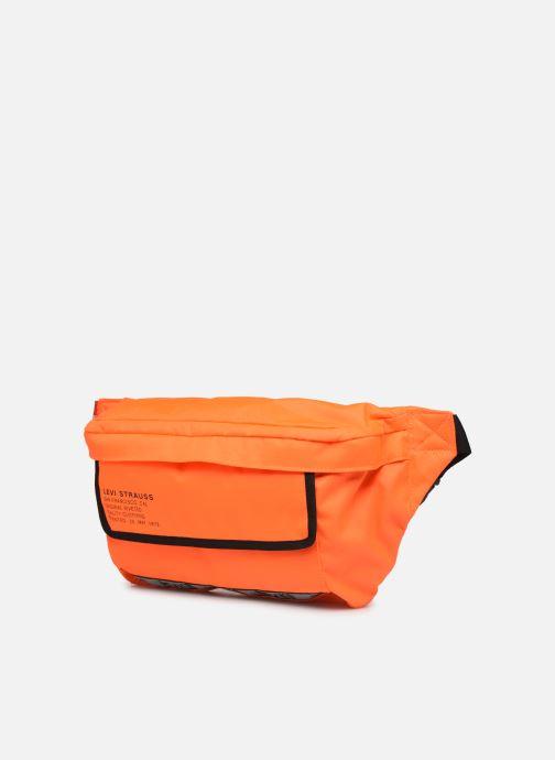 Sacs pochettes Levi's BIGGER BANANA SLING HI VIS Orange vue portées chaussures