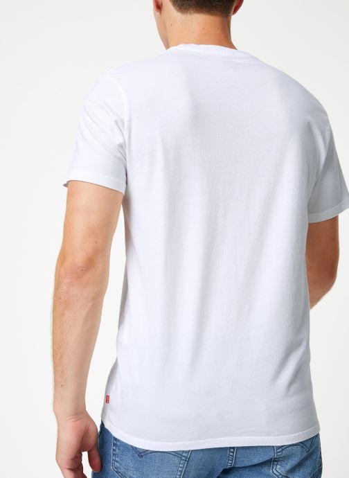 Vêtements Levi's Graphic Set-In Neck M Blanc vue portées chaussures