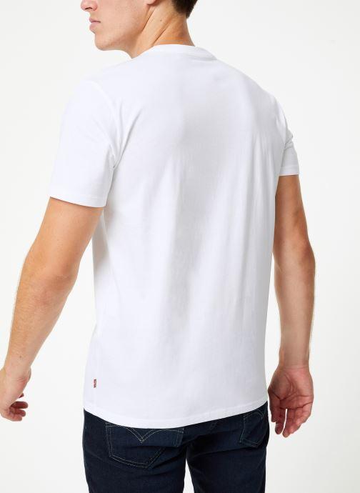 Vêtements Levi's Housemark Graphic Tee M Blanc vue portées chaussures