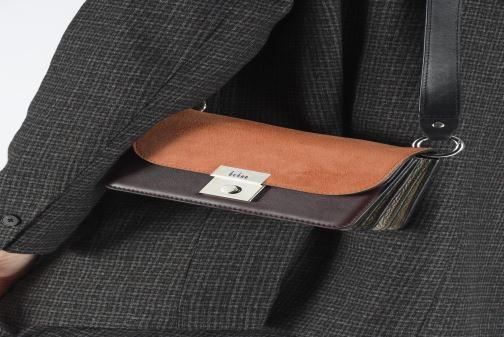 Handtaschen Behno Amanda Belt Bag - Crossbody Suede braun ansicht von unten / tasche getragen
