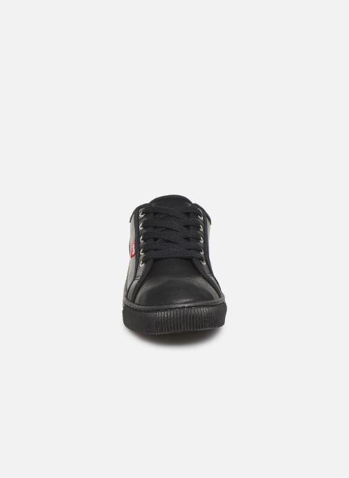 Sneakers Levi's MALIBU BEACH S Nero modello indossato