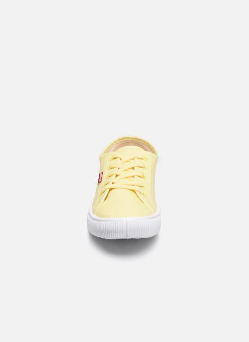 Baskets Levi's MALIBU BEACH S Jaune vue portées chaussures