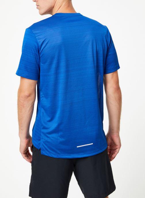 Vêtements Nike Haut de running Homme Nike Dry Miler manches courtes Bleu vue portées chaussures