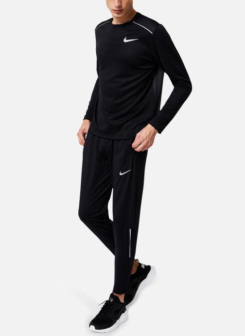 Vêtements Nike Haut de running Homme Nike Dry Miler manches longues Noir vue bas / vue portée sac