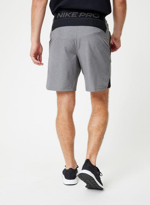 Vêtements Nike Short de training Homme Déperlant Nike Pro Flex Gris vue portées chaussures