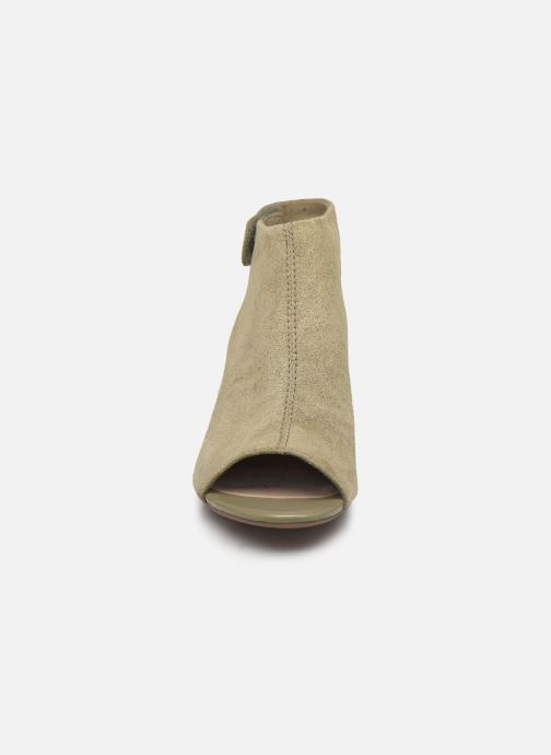 Sandalias Clarks Unstructured Deva Bell Verde vista del modelo