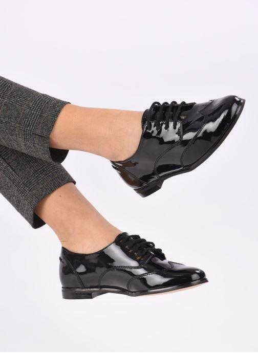 Chaussures à lacets Clarks Andora Trick Noir vue bas / vue portée sac