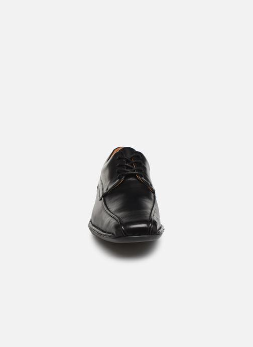 Scarpe con lacci Clarks Francis Air Nero modello indossato