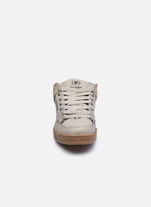 Sneakers Globe Tilt C Grigio modello indossato