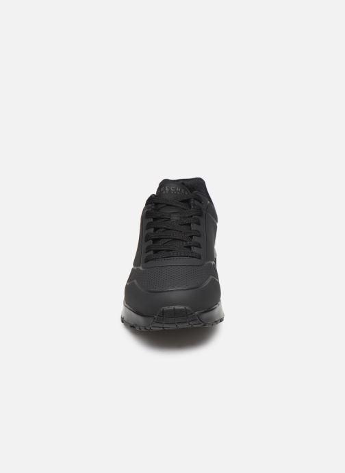 Sportssko Skechers Uno Stand On Air Sort se skoene på