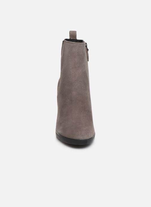 Bottines et boots Geox DANNYAHIGH2 Gris vue portées chaussures