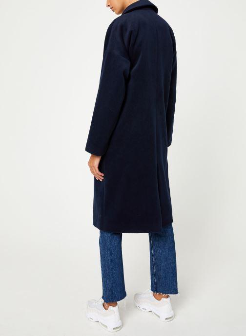 Vêtements Yuka MANTEAU MAITE Bleu vue portées chaussures