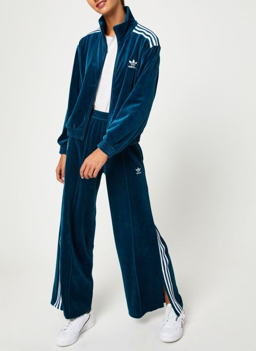 Vêtements adidas originals Velvet Tracktop Bleu vue bas / vue portée sac