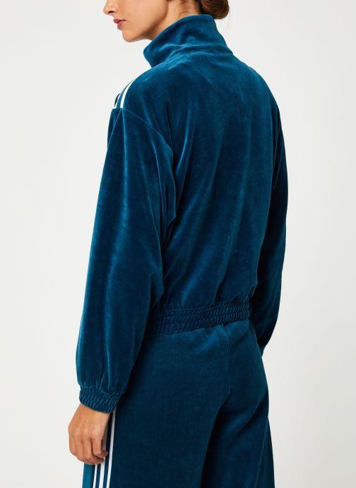 Vêtements adidas originals Velvet Tracktop Bleu vue portées chaussures
