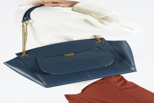Handtaschen Nat & Nin Claudie blau ansicht von unten / tasche getragen
