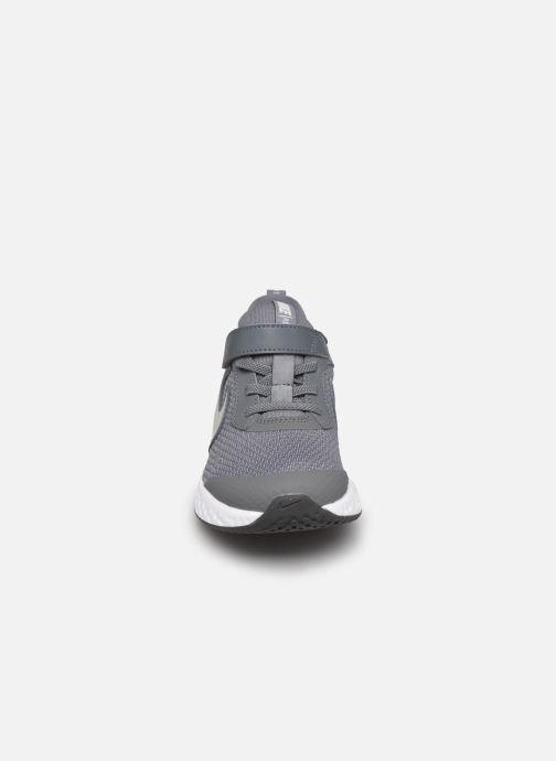 Baskets Nike Nike Revolution 5 (Psv) Gris vue portées chaussures