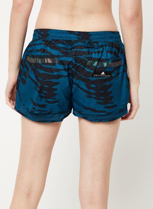 Vêtements adidas by Stella McCartney Run M20 Short Bleu vue portées chaussures