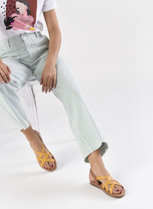 Sandalen TBS BELLUCI gelb ansicht von unten / tasche getragen