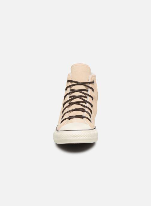 Baskets Converse Chuck Taylor All Star Suede/Sherpa Hi Beige vue portées chaussures