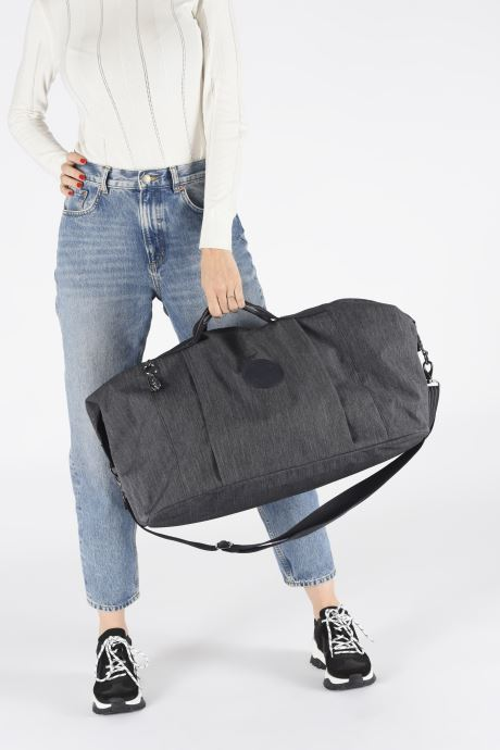 Reisegepäck kipling Adonis  M blau ansicht von unten / tasche getragen