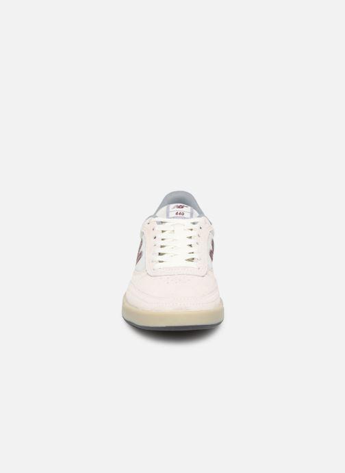 Baskets New Balance NM440 D Beige vue portées chaussures