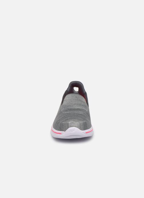 Sneakers Skechers Go Walk 4/Satisfy Grigio modello indossato