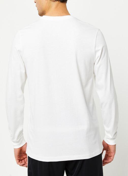 Vêtements Nike M Nsw Club Tee - Ls Blanc vue portées chaussures