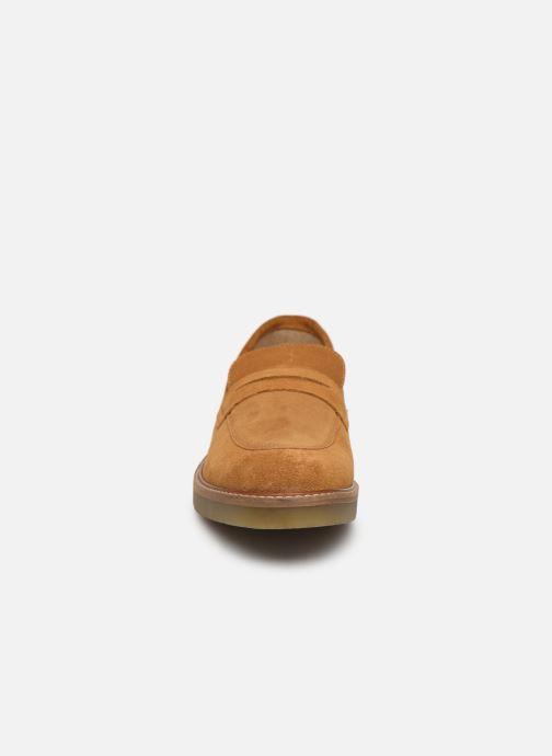 Mocassins Kickers Oxmoxy suede Marron vue portées chaussures