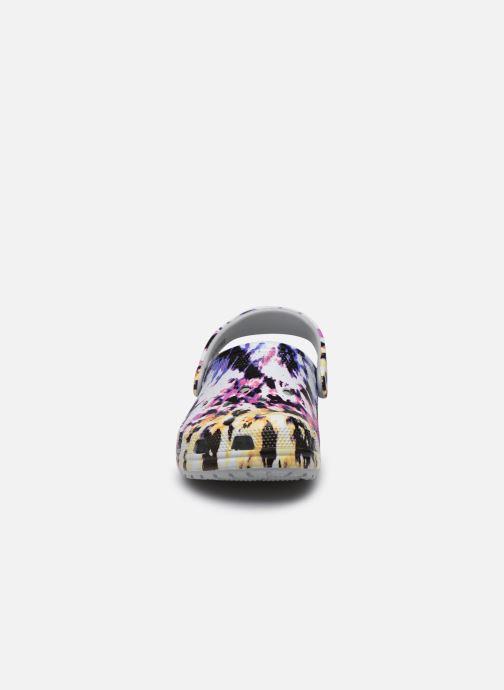 Zuecos Crocs Classic Tie Dye Mania Clog Multicolor vista del modelo