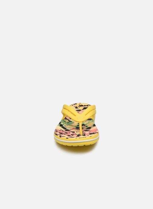 Tongs Crocs Crocband Tie Dye Mania Flip W Jaune vue portées chaussures
