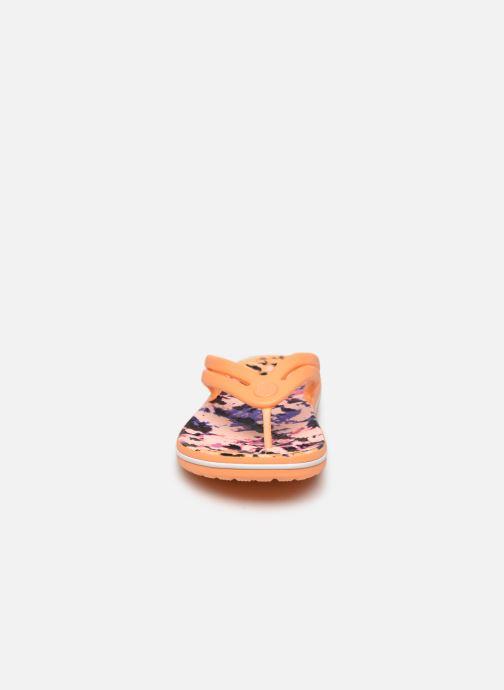 Chanclas Crocs Crocband Tie Dye Mania Flip W Naranja vista del modelo