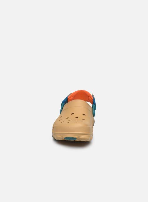 Sandalias Crocs Classic All Terrain Clog Marrón vista del modelo