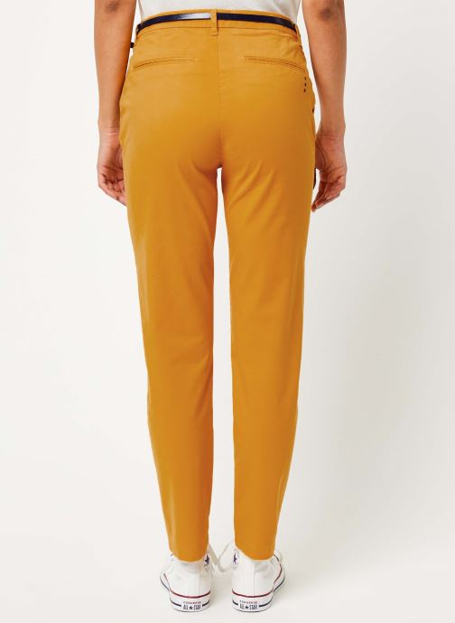 Vêtements Scotch & Soda Ams Blauw slim fit chino in stretch twill with belt Jaune vue portées chaussures