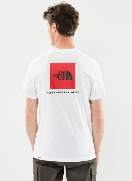 Vêtements The North Face M S/S REDBOX TEE Blanc vue portées chaussures