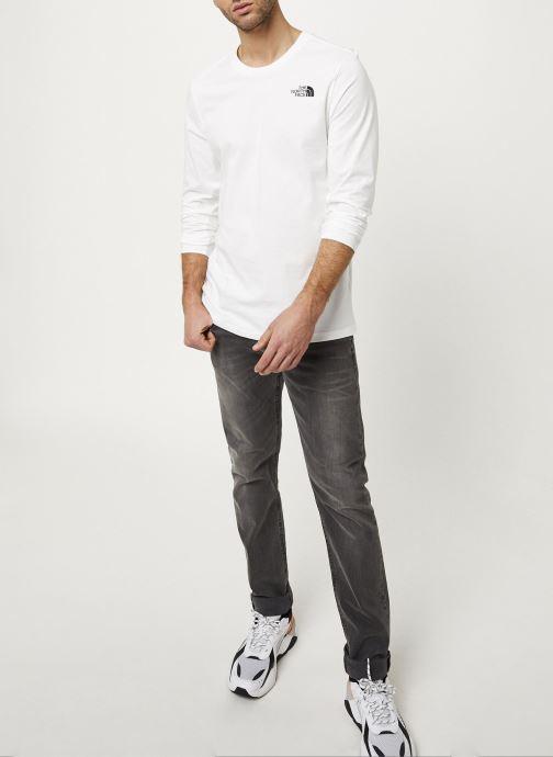 Vêtements The North Face M L/S EASY TEE Blanc vue portées chaussures