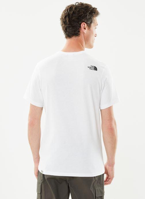 Vêtements The North Face M S/S EASY TEE Blanc vue portées chaussures